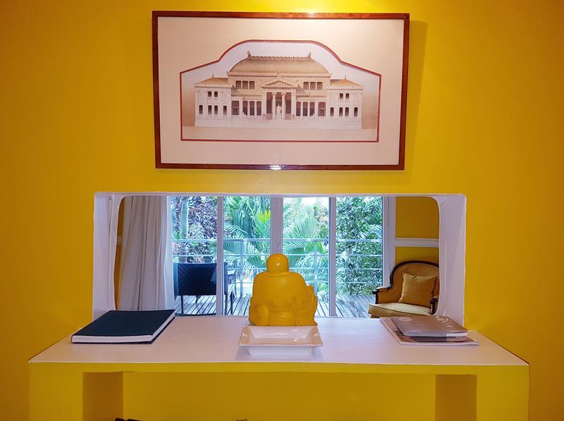 dentro da suite amarela