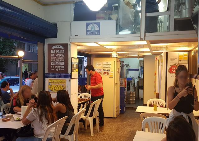 Interior do bar pavão azul