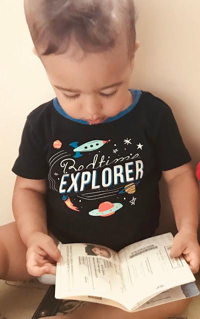 Bebê segurando passaporte