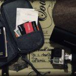 Porta passaporte com documentos, go pro e óculos escuros