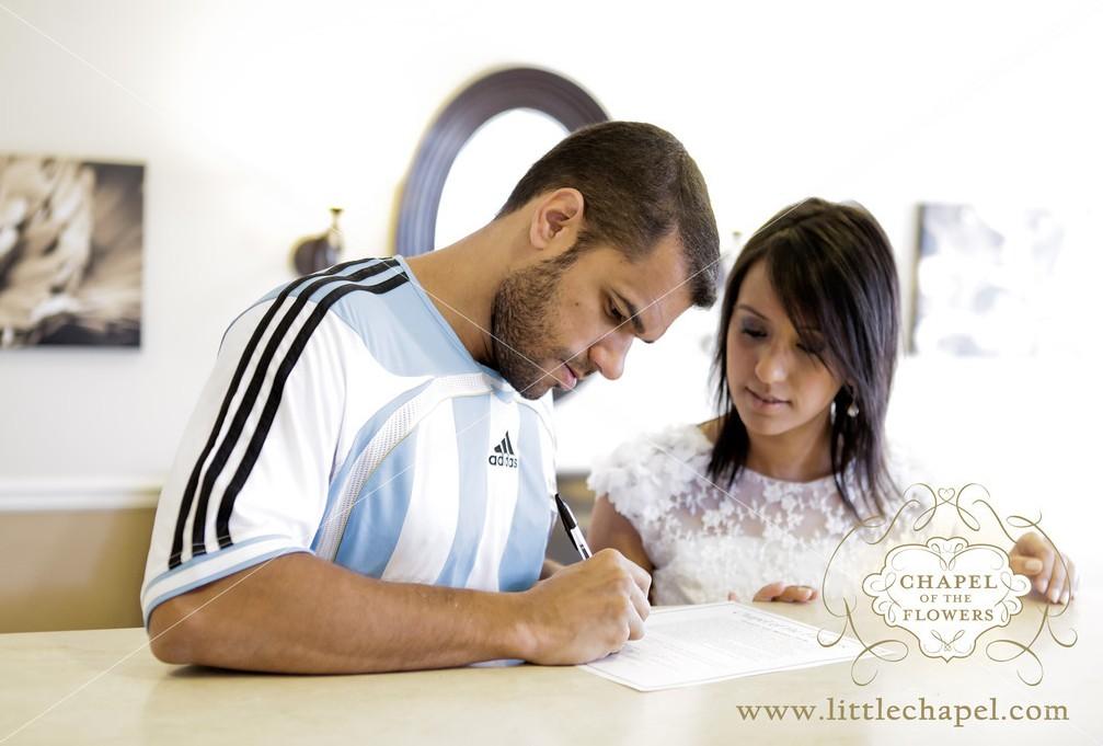Assinatura do certificado do casamento