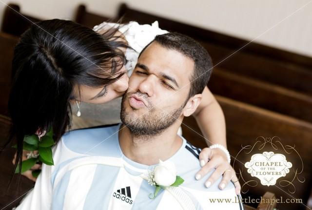 casal de beijando no casamento