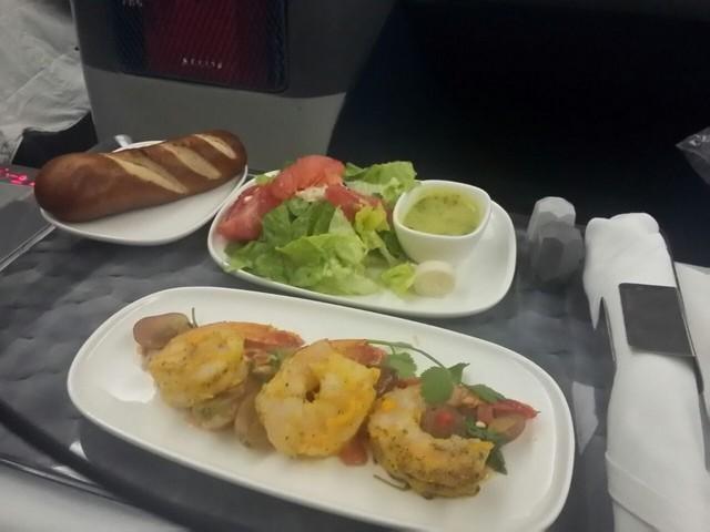 prato com camarões e salada