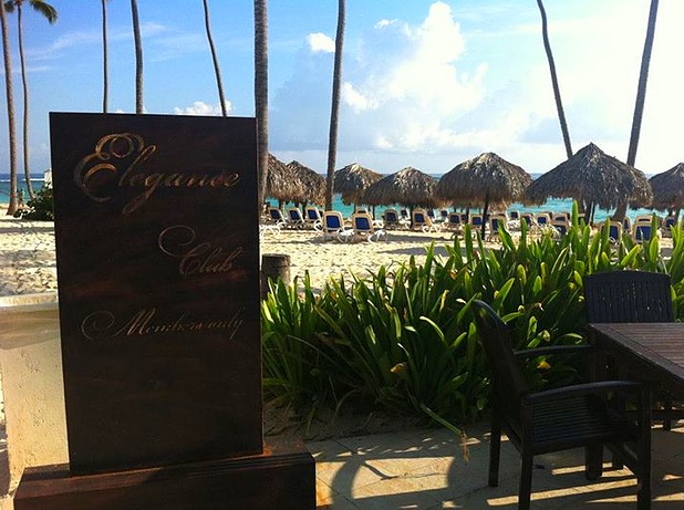 elegance club praia com coqueiros e espreguiçadeiras