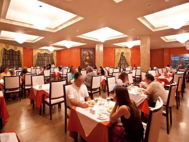 restaurante italiano pessoas sentadas à mesa