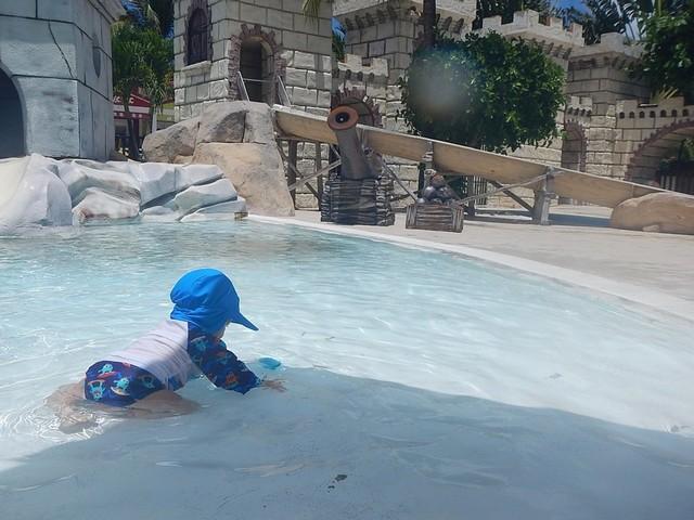 bebê na água rasa da piscina do clube infantil