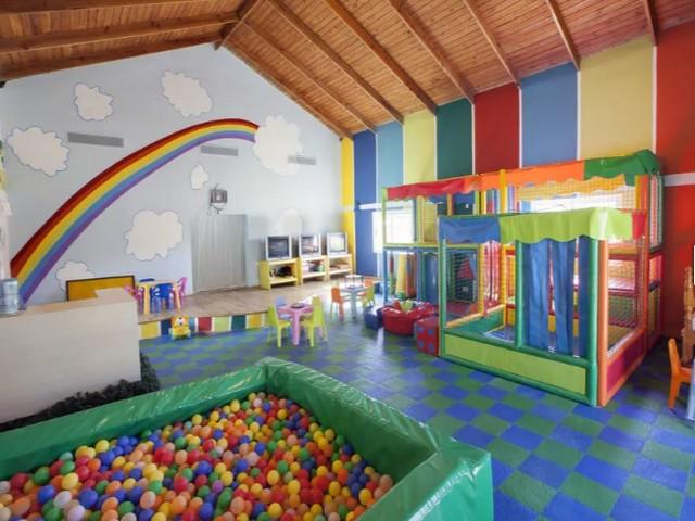 piscina de bolinhas e circuito para crianças