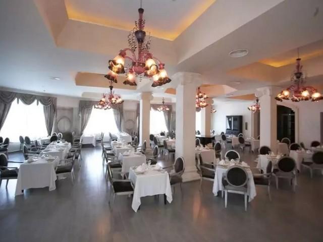restaurante francês chique cadeiras e luminária bonitas