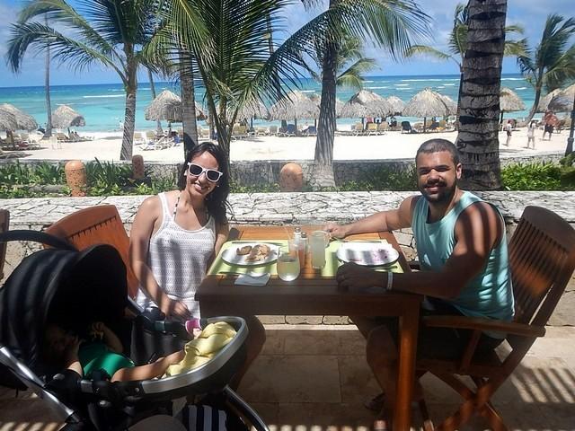 casal no restaurante com vista para a praia de punta cana