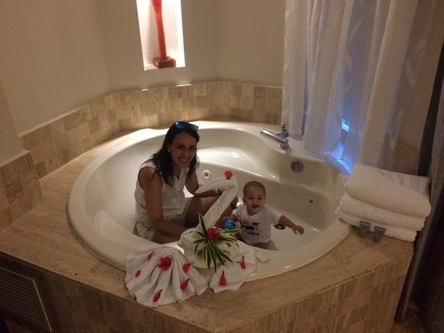 bebê e mamãe na jacuzzi da swim up suite do majestic elegance