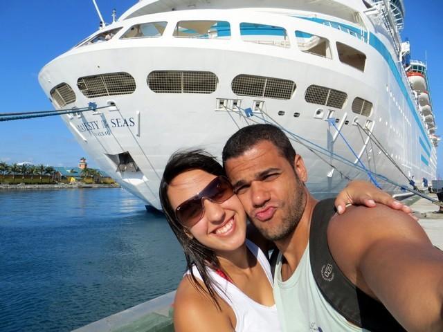 casal em frente ao navio no porto de nassau