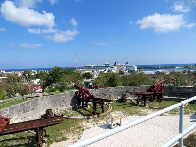céu azul navios atracados canhão fort fincastle