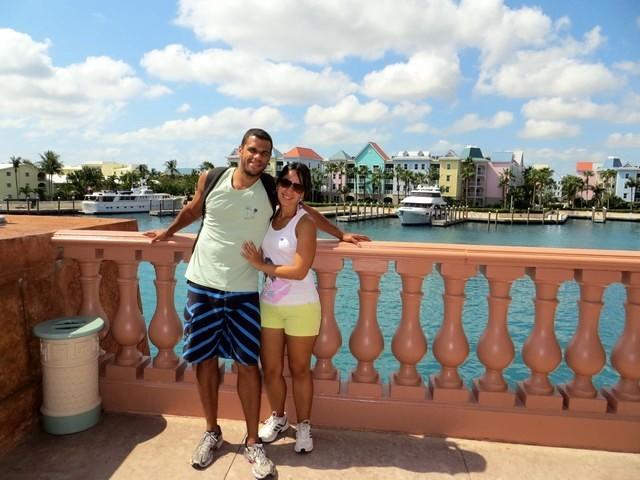 céu azul, mar, casas coloridas, casal