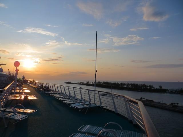 deck superior do navio no pôr do sol