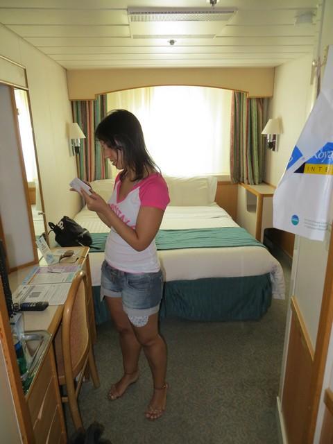 mulher na cabine externa com escotilha do navio