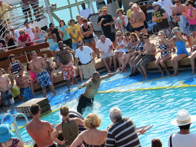 piscina água azul e pessoas se jogando