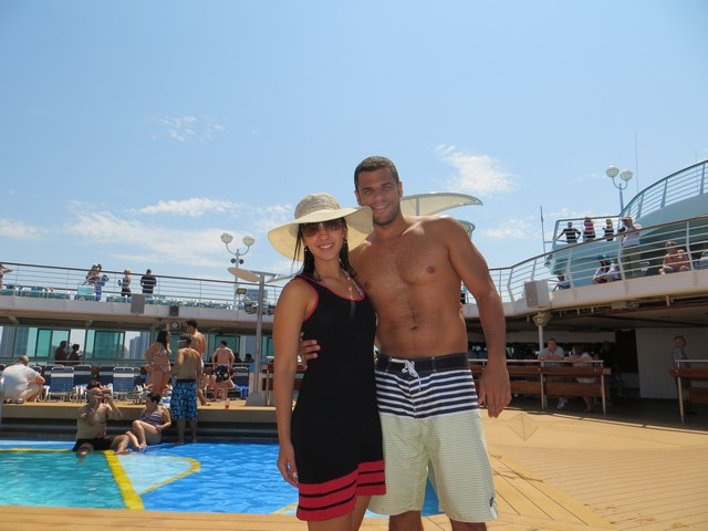 casal na piscina do navio