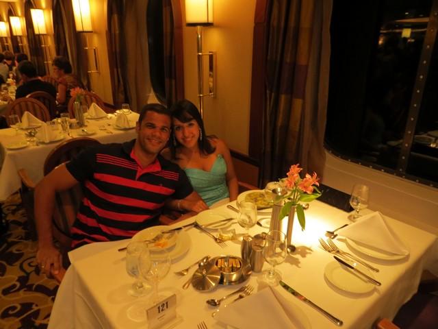 casal sentado à mesa de jantar