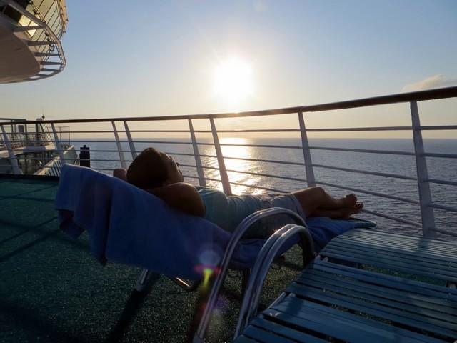 mulher deitada espreguiçadeira no majesty of the seas