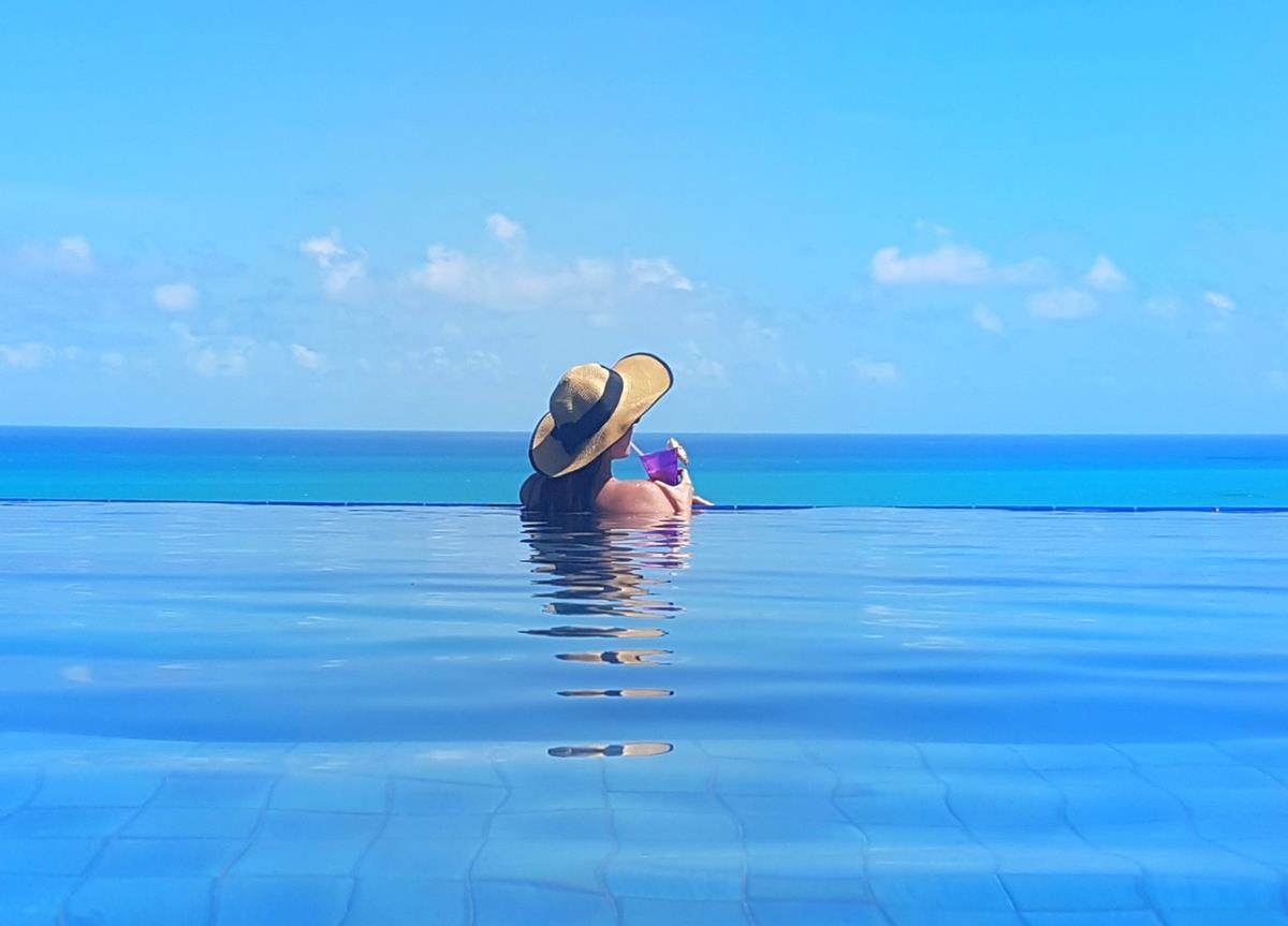 Pousada do Alto e sua piscina que juntas o ceu e o mar na mesma foto