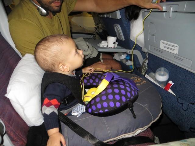 criança no voo para punta cana