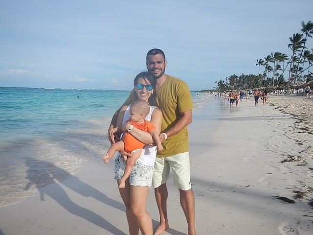 casal com bebê na praia em punta cana