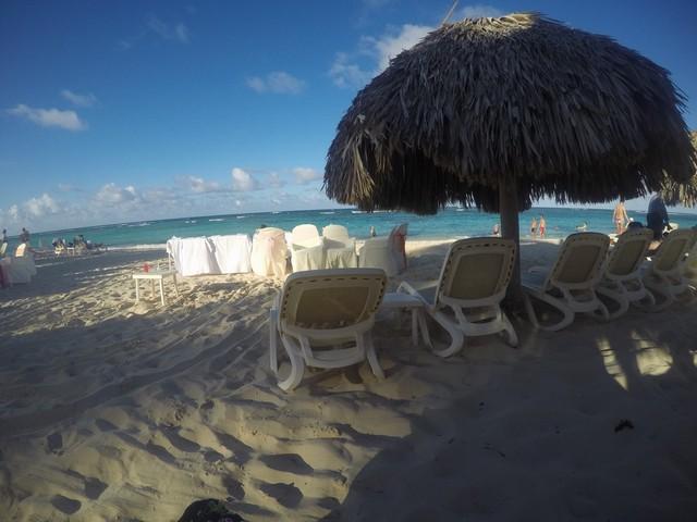 praia bávaro com espreguiçadeiras e guarda sol