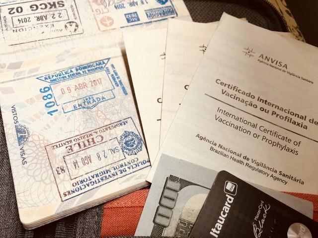 passaporte com carimbo da república dominicana e certificado internacional de vacinas
