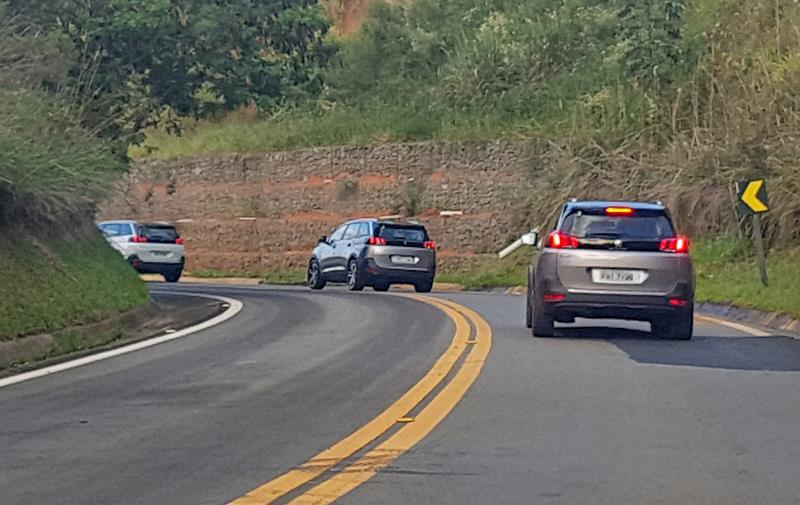 Novo SUV peugeot na estrada de asfalto