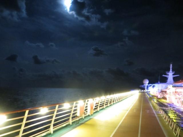 navio deck superior dias de navegação mar noite lua nuvens