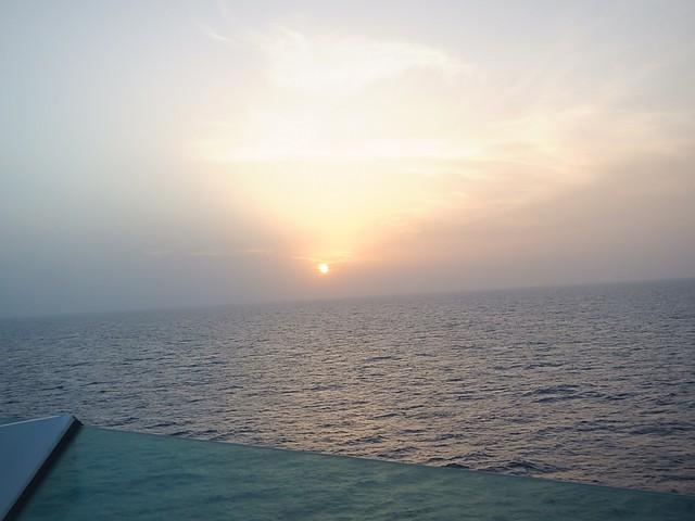 por do sol horizonte navio mar céu sem nuvens