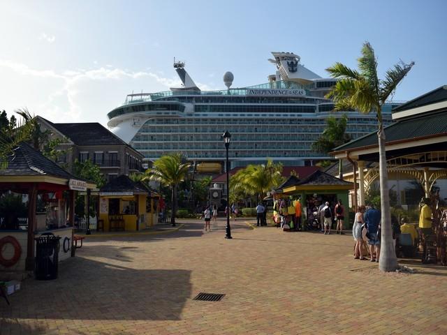 navio independence of the seas porto falmouth chão tijolinho lojas coloridas pessoas comprando