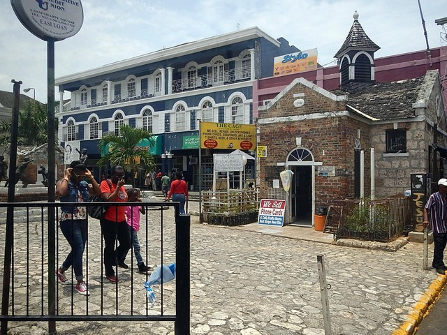 pobreza hotel fachada azul pessoas caminhando placas lojas