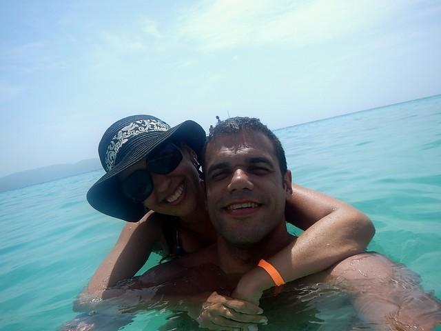 casal na praia em montego bay