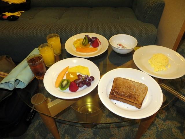 copos suco pratos frutas torrada ovos
