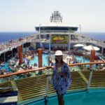 navio deck superior independence of the seas piscina mar azul