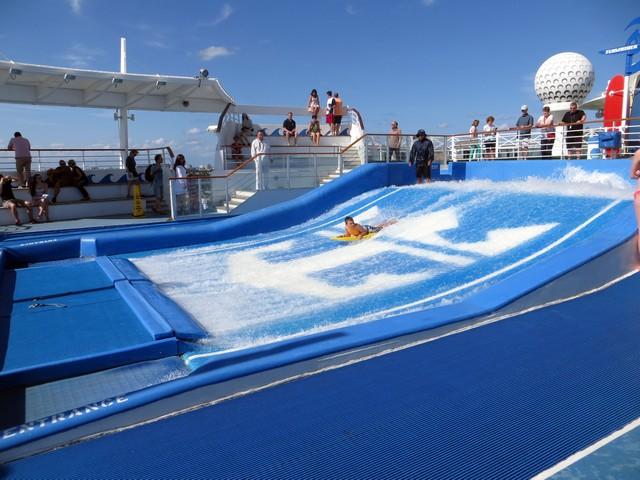 céu azul piscina ondas simulador surfe