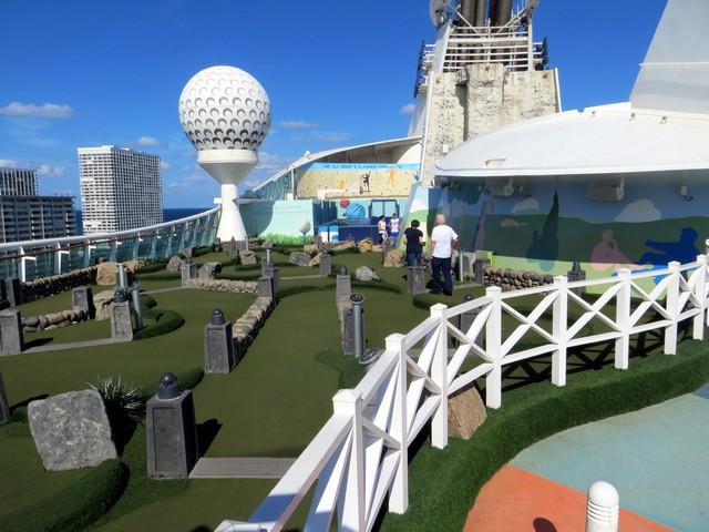 pista de golfe céu azul grama verde