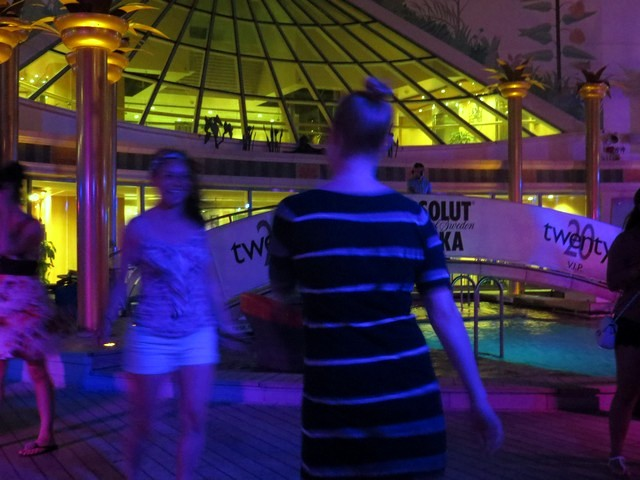 twenty party piscina pessoas dançando independence of the seas
