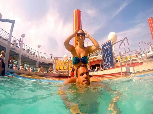 casal piscina rasa navio água clara céu azul decks escada