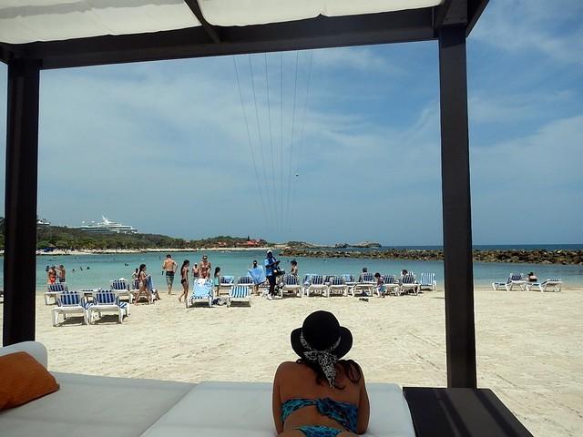 zipline céu azul cama balinesa pessoas espreguiçadeira areia branca