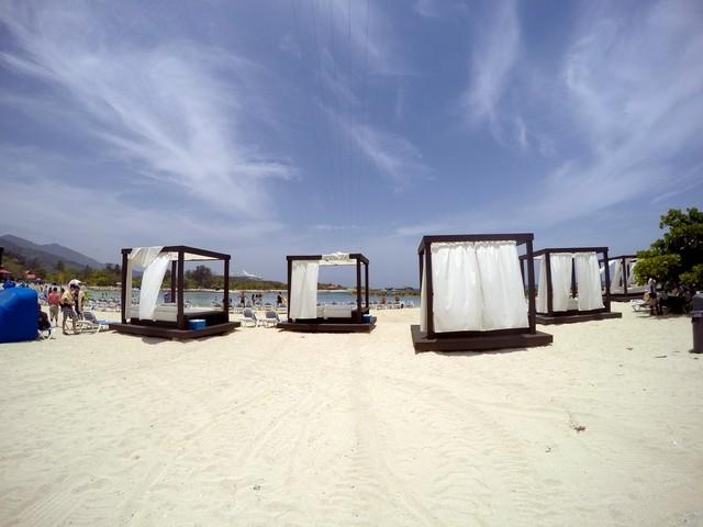 labadee camas balinesas areia branca céu azul poucas nuvens