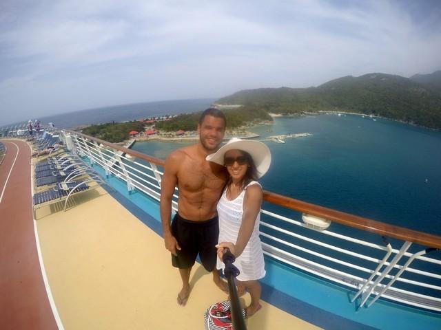 deck superior navio casal mar azul céu com nuvens vegetação ilha