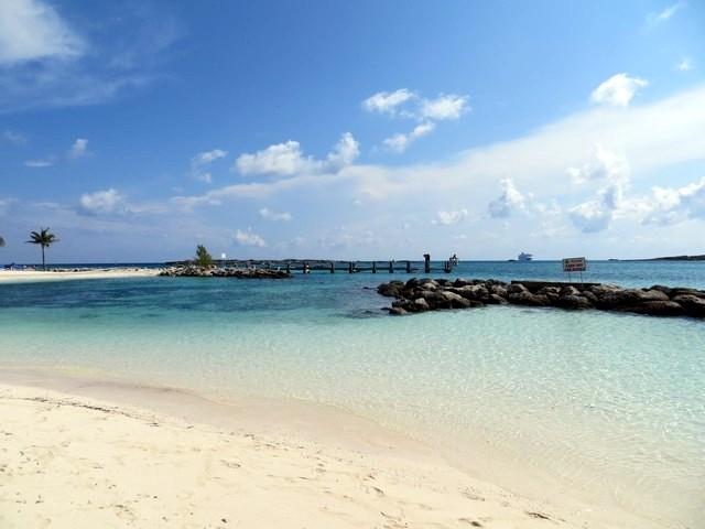 céu azul, água cristalina em cococay, ilha particular da royal caribbean