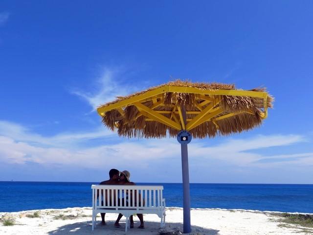 photograph opportunity céu azul, mar azul, sombra, cococay