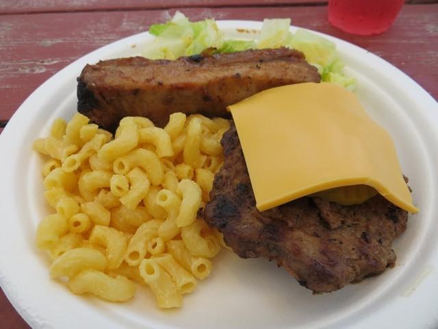 hamburguer, costela e mac'n'cheese