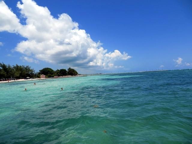 mar azul, céu azul com poucas nuvens