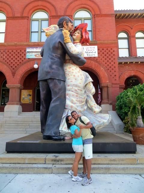 casal dançando em frente a escultura time for fun (unconditional surrender) em key west