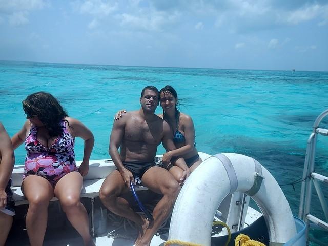 céu azul casal na lancha mar azul turquesa em grand cayman