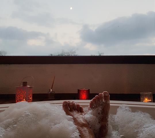 vista da lua de dentro da banheira